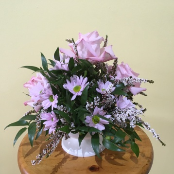 pink and white affordable wedding table arrangement